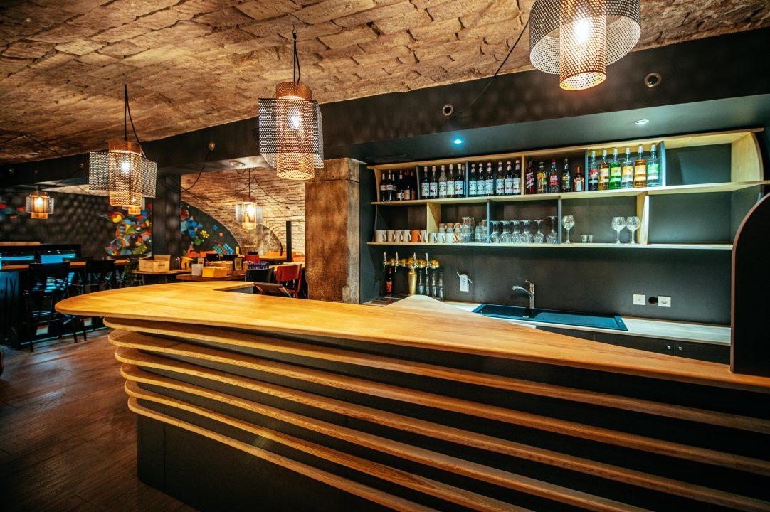 Agencement de bar en bois comptoir et mobilier